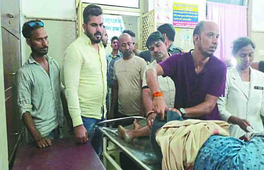 एक्सीडेंट में1 की मौत, दो गंभीर, बीजेपी नेता ने की मदद