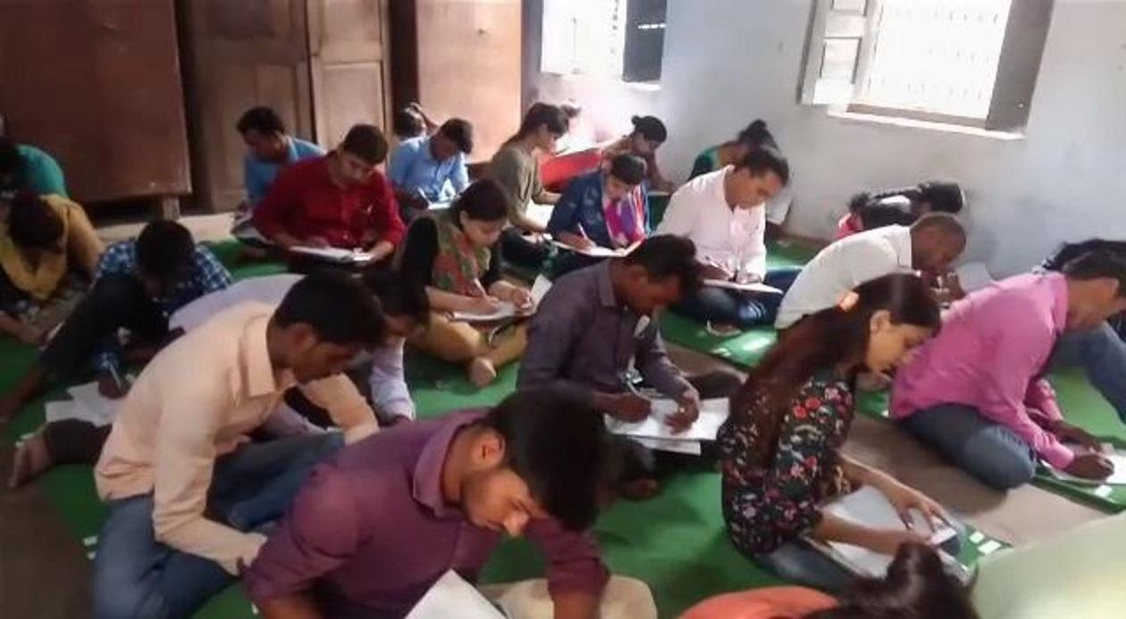छात्रों ने जमकर की नकल, किसी ने पर्ची से तो किसी ने साथी की कॉपी से देखकर लिखा उत्तर