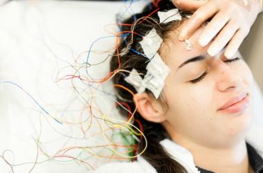दिमागी बीमारी का पता लगाने के लिए करते हैं ईईजी टैस्ट, जानें इसके बारे में