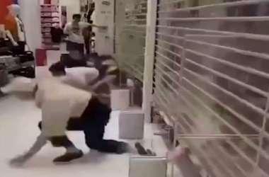 VIDEO: कपड़ों की स्टोर में चीनी दुकानदारों ने मचाई लूट, Kaws के नए क्लेक्शन का दिखा क्रेज