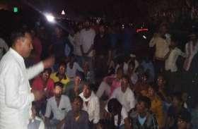 दुष्कर्म का मामला छेड़छाड़ में दर्ज किया, थाने के बाहर धरने पर बैठे विधायक मीणा