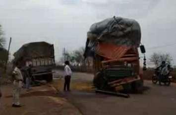 दो ट्रक आमने-सामने से टकराए, ऐसी हो गई हालत