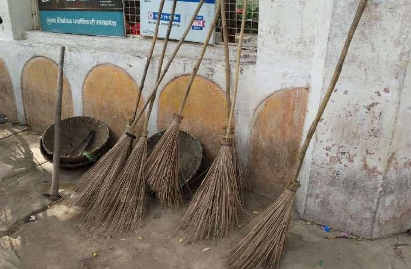 सफाई कर्मचारी गए अनिश्चितकालीन हड़ताल पर, सफाई व्यवस्था पटरी से उतरी, चारों ओर गंदगी का आलम