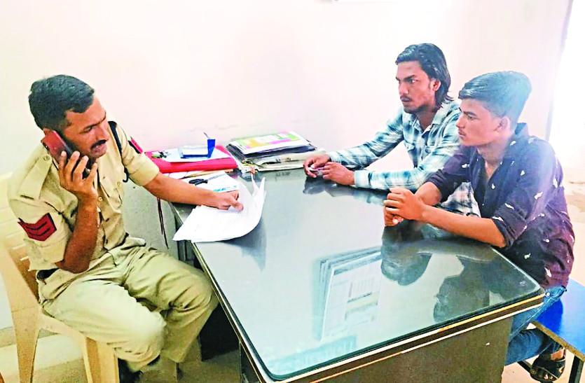 सवारी को लेकर दो बस ग्रुप के एजेंटों में जमकर हुई मारपीट, सहायता केन्द्र में बैठी पुलिस देख रही थी तमाशा