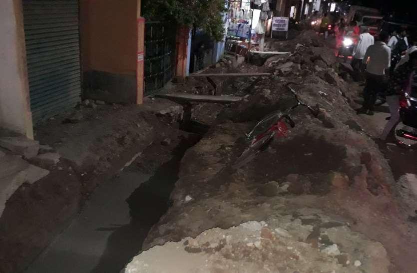 पहली बारिश में ही तालाब बन जाता है शहर, बजबजा रहे हैं बड़े नाले, घर और सड़कों में भरेगा पानी