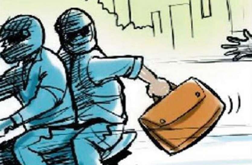 मर्दानी बनी लड़कियों ने लुटेरों को चटाई धूल, जमीन पर गिराकर चप्पलों से पीटा