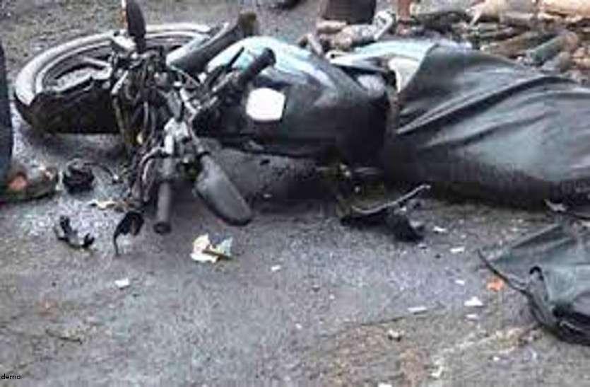 हादसा: तेज रफ्तार ट्रक ने बाइक सवार युवकों को मारी टक्कर, एक की मौत दो घायल