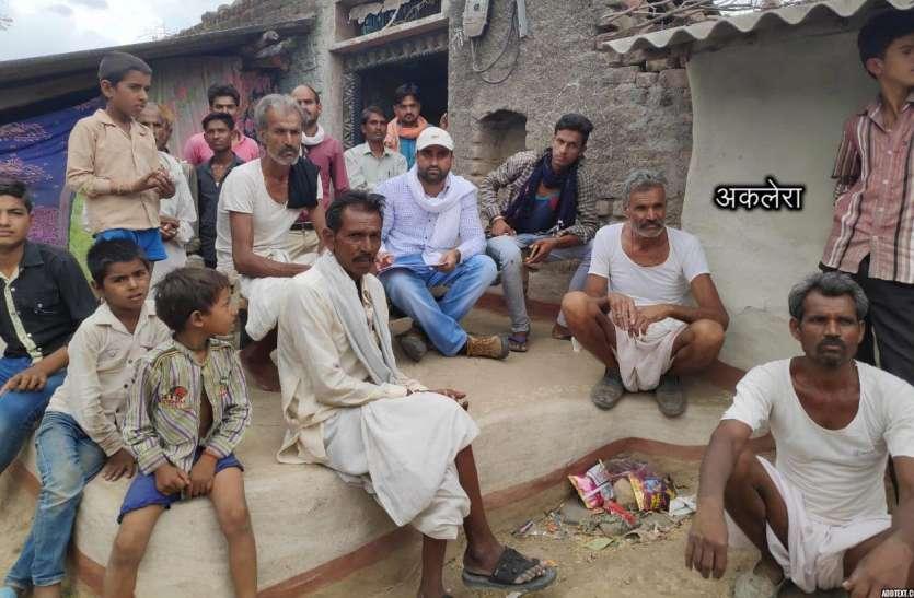 बिजली अभियंता ग्रामीणों से पूछ रहे बिजली कैसी आ रही