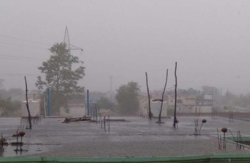 तेज हवाओं के साथ झमाझम हुई बारिश, देखें वीडियो