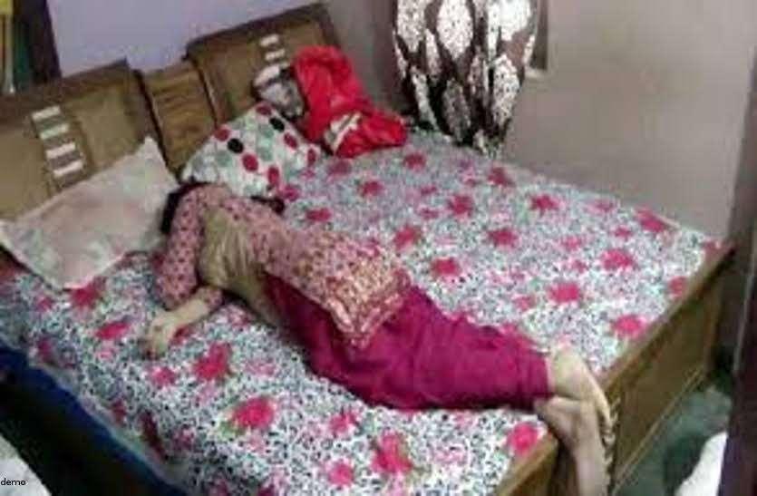 सुबह देर हो जाने पर भी नहीं उठी बीवी तो जगाने पहुंचा पति, नजारा देख फटी रह गई आंखें बिस्तर पर बैठी थी....