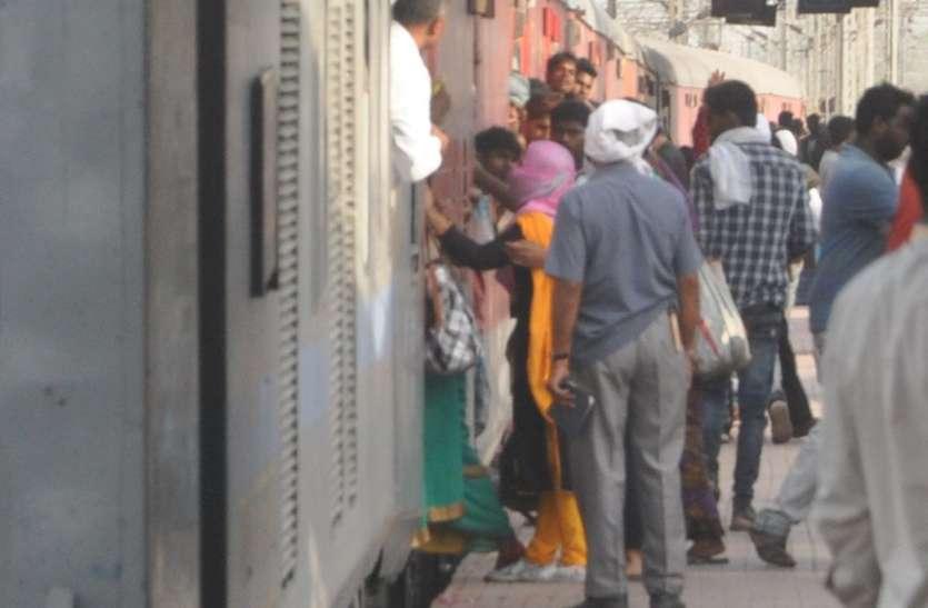 ट्रेन में चढ़ते समय महिला का पैर फिसला, जानिए कैसे बची जान