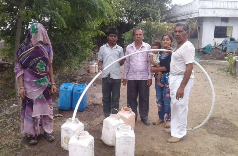 गांव में गहराया जलसंकट तो निजी कुएं से देने लगे पानी