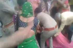 कस्टडी से युवती को छुड़ाने के लिए पुलिसकर्मियों पर हमला, देखें वीडियो
