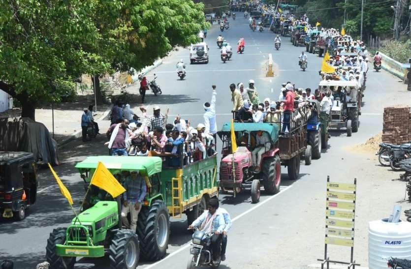 70 ट्रेक्टर ट्रॉली से रैली निकाल कलेक्टोरेट पहुंचे 50 गांव के किसान, कलेक्टर को दिया ज्ञापन