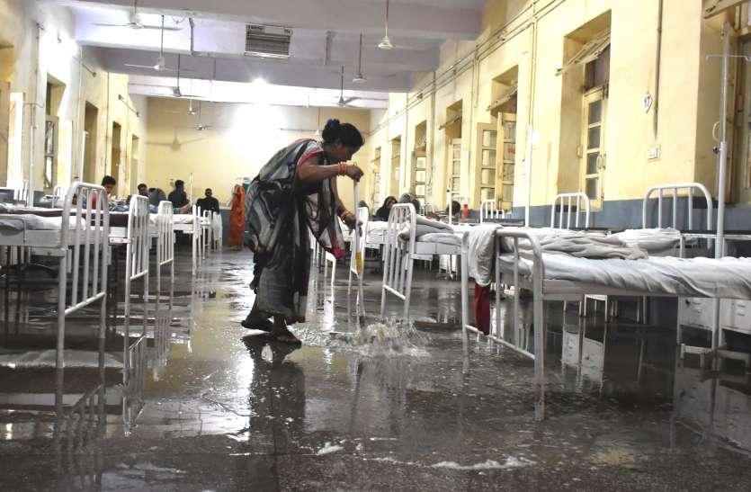 जिला अस्पताल के मेडिकल वार्ड में बारिश का पानी