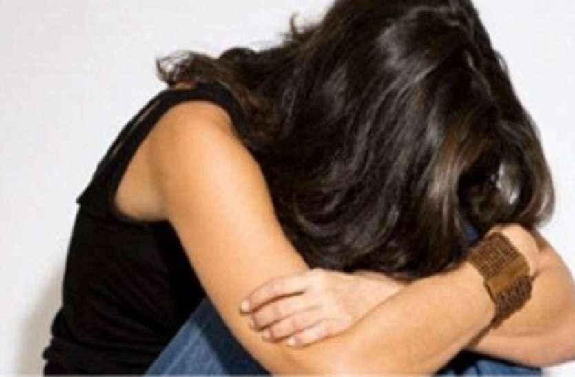 प्यार करने पर राजी नहीं हुई तो युवक ने छात्रा पर तेजाब से हमला किया