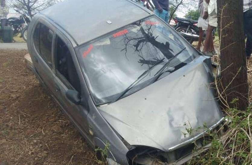 कार पेड़ से टकराई