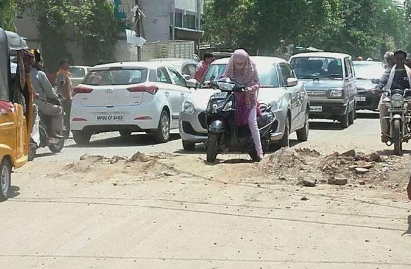 स्मार्ट सिटी एरिया के व्यस्ततम मार्ग पर मिट्टी का ढेर, वाहन चालक परेशान