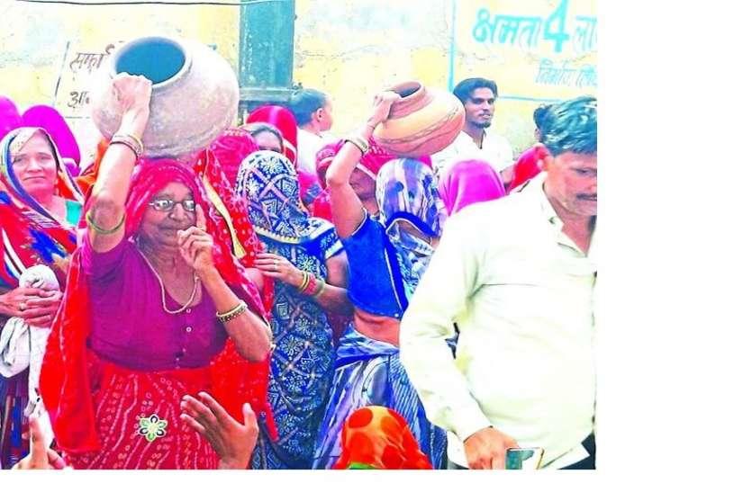 पानी के लिए प्रदर्शन कर रही महिलाओं ने अधिकारियों को दिया ये जवाब