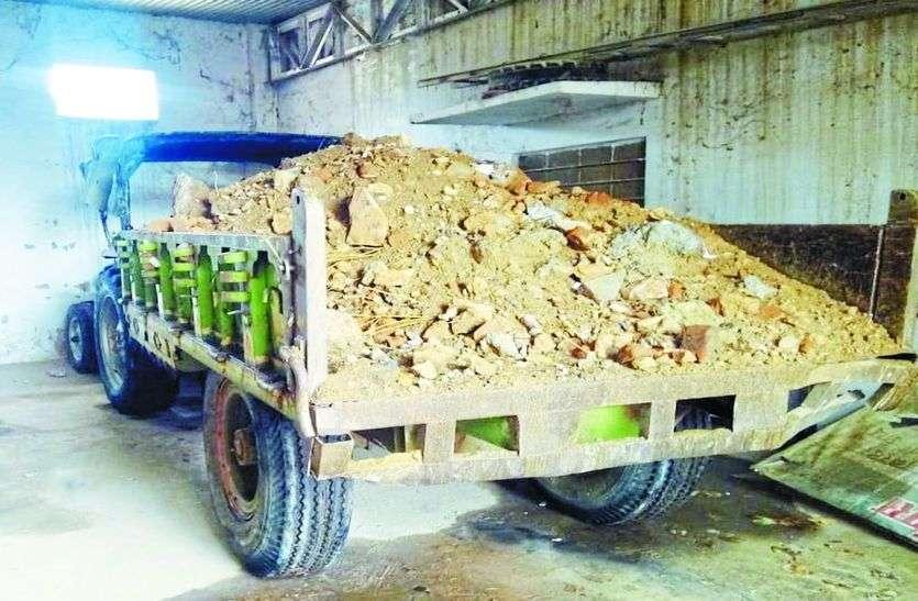 भूमाफिया का बेखौफ आतंक, पालिका ने जब्त किए ट्रैक्टर ट्राली