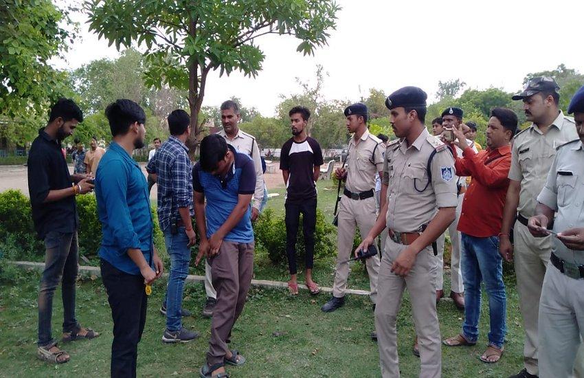 पार्कों में मिले मजनुओं को कोतवाली ले गई पुलिस, माता-पिता को बुलाकर दी समझाइश