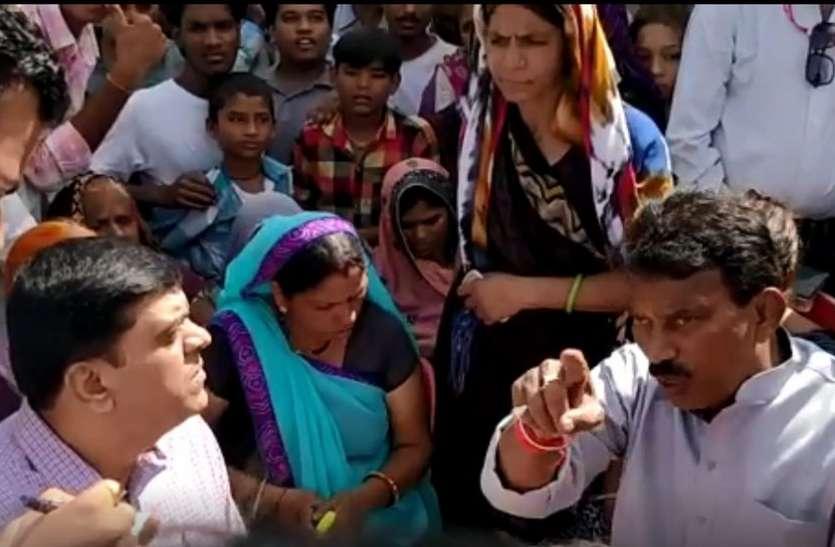 VIDEO : अफसरों को मंत्री की चेतावनी, आपको हार इसलिए पहना रहा हूं ताकि कल से यहां काम शुरू हो जाए