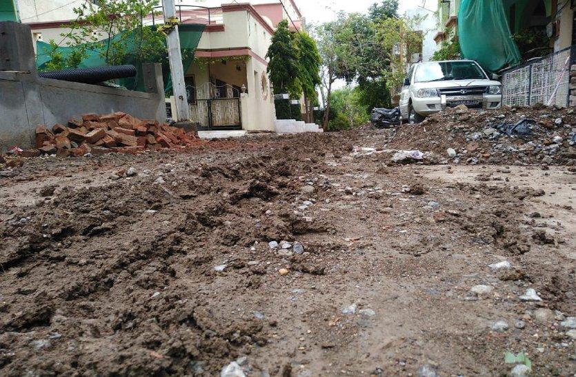 पहली बारिश में ही बिगड़े हालात, खुदाई की मिट्टी से सड़कों पर कीचड़