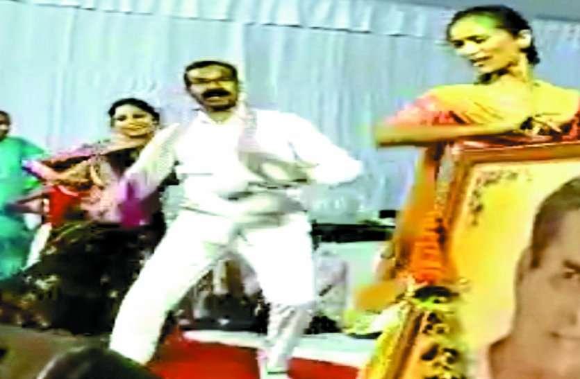 Video: विधायक ने महिला कलाकारों के साथ किया ऐसा डांस, देखकर आप भी हो जाएंगे खुश, सोशल मीडिया में Video वायरल