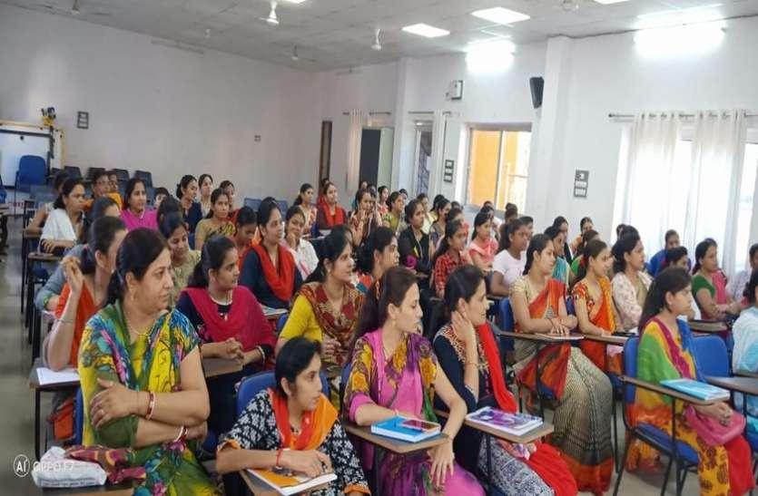 अंग्रेजी बोलने में निपूर्ण हो रही हैं डूंगरपुर की महिलाएं
