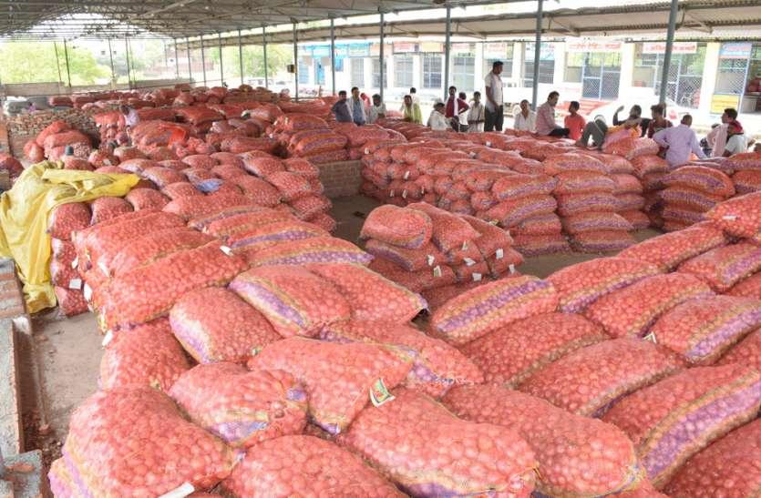 दुकाने न तोडऩे के आश्वासन पर माने फल-सब्जी व्यापारी, चौथे दिन खरीदी प्याज