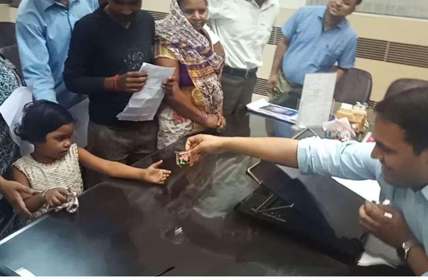 VIDEO: पत्रिका के रीयलटी टेस्ट में पास हुए फिरोजाबाद डीएम, उनके इस कार्य के लिए मुरीद हुए फरियादी