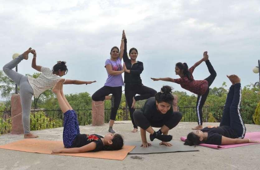 अन्तरराष्ट्रीय योग दिवस की पूर्व संध्या पर किया योगाभ्यास ...देखिए तस्वीरें
