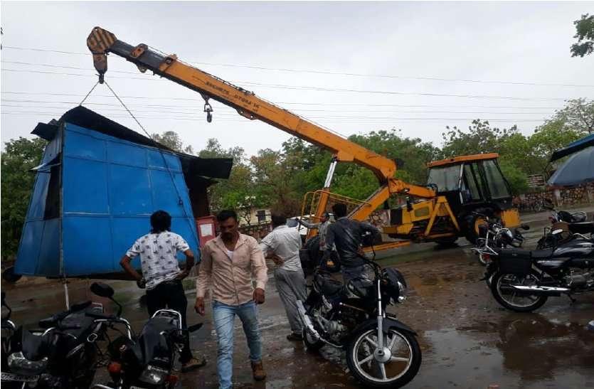 उदयपुर में यहां सरकारी जमीन से केबिन को हटवाते हुए अतिक्रमियों को किया बेदखल, पत्रिका ने उठाया था मामला