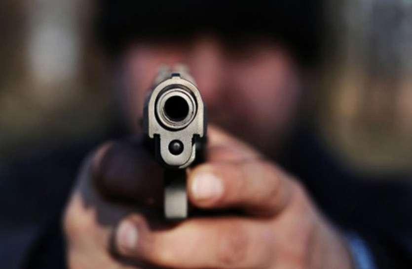 पुलिस पर फायरिंग कर फरार हुआ इनामी बदमाश, लिव-इन-रिलेशनशिप में रह रही महिला गिरफ्तार