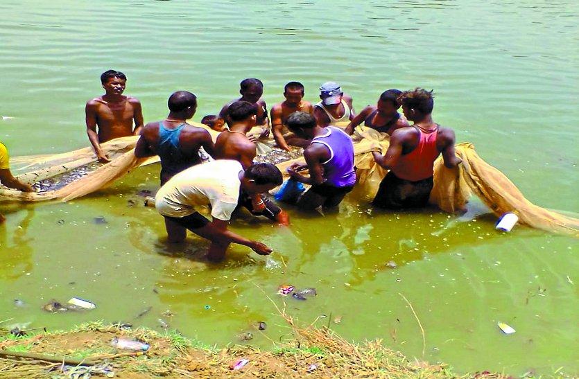 तालाब में मछली मारने के विवाद में सरंपच और ग्राम समिति अध्यक्ष को नोटिस जारी, इधर ठेकेदार बता रहा लाखों रुपए का नुकसान