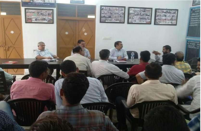 यहां समीक्षा बैठक के दौरान एसडीएम ने किसान सम्मान निधि योजना आवेदनों के सत्यापन करने के दिए निर्देश