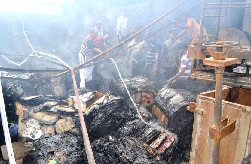 देर रात स्क्रेप गोदाम में लगी भीषण आग