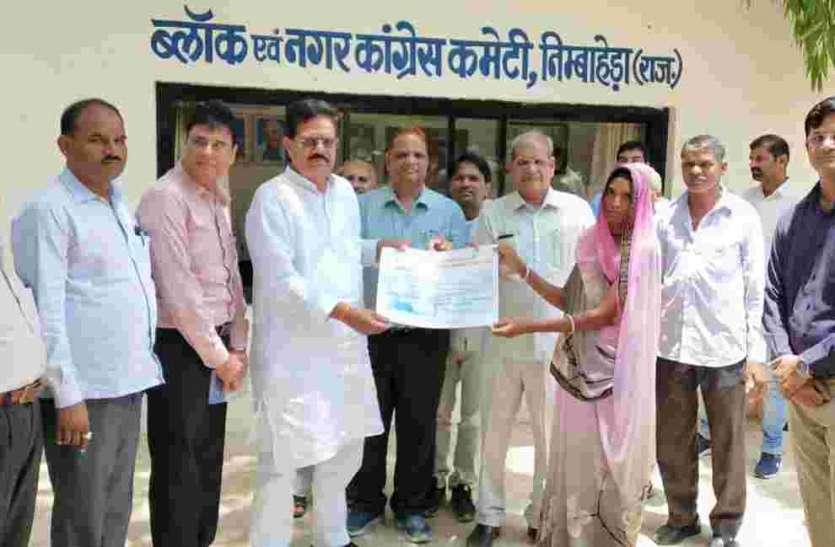 सहकारिता मंत्री आंजना ने बांटे सहायता राशि के चेक