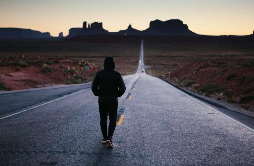 सड़क पर चलते वक्त रखें इन 10 चीज़ों से दूरी, वास्तु के अनुसार हो सकते हैं ये नुकसान