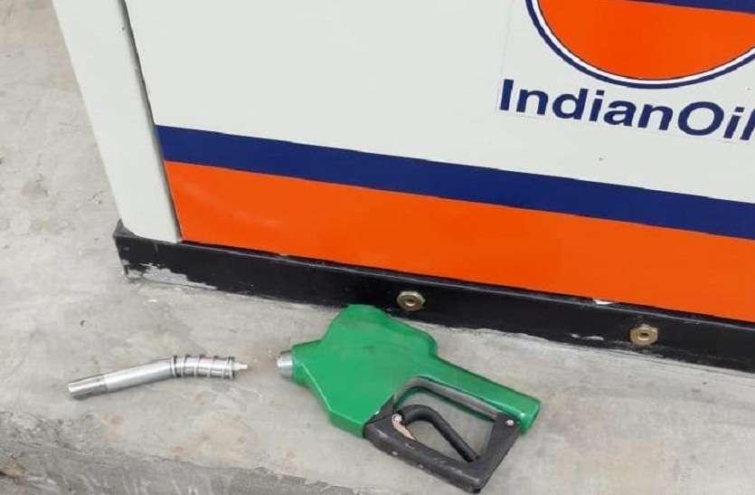 नो हेलमेट-नो पेट्रोल अभियान बन रहा है मुसीबत,बगैर हेलमेट पेट्रोल न देने पर पम्प पर मारपीट