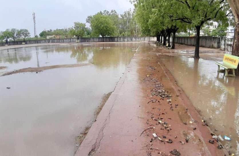 Pre-Monsoon In Rajasthan: बरसात ने खोली पालिका की पोल, मानसून पूर्व नालों की सफाई नही होने से खेल मैदान जमा हुआ पानी
