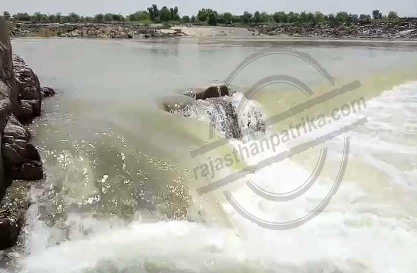 सूखी पड़ी नदी अचानक पानी से लबालब देख हैरत में पड़ गए लोग, चली दो फीट तक की चादर