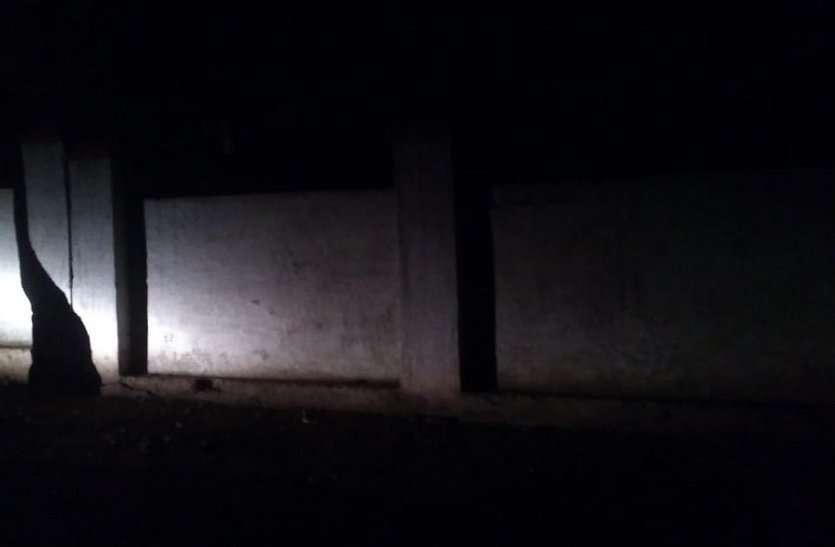शाम होते ही रेलवे कॉलोनी में छा जाता है घुप अंधेरा, अधिकारी-कर्मचारियों सहित राहगीरों को हो रही परेशानी