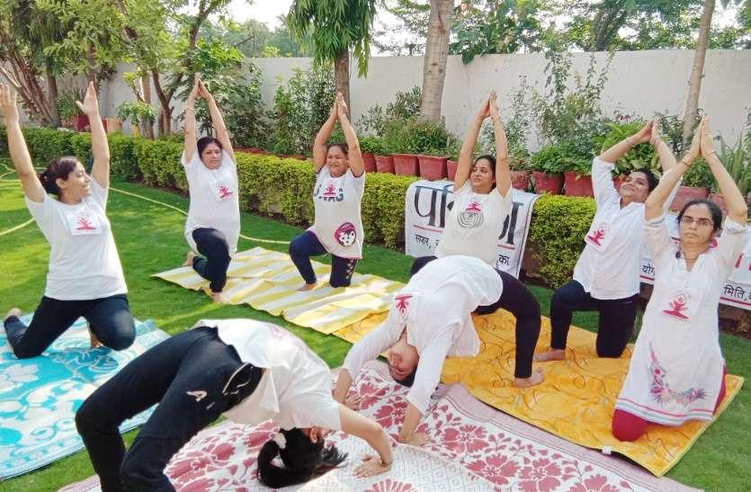 सेहतमंद रहने के लिए खास योगासन में दिखे लोग, वीडियो में देखें योगाभ्यास के दृश्य....