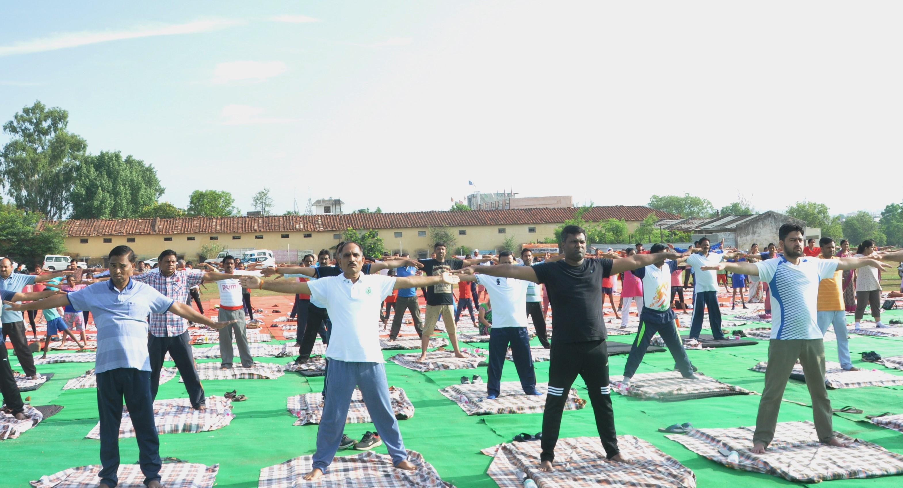 अंतर्राष्ट्रीय योग दिवस के अवसर पर सभी ने किया सामूहिक योग