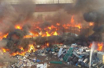 दिल्ली: कालिंदी कुंज मेट्रो स्टेशन के पास फर्नीचर मार्केट में लगी आग, 2 घंटे बाद मेट्रो सेवा बहाल