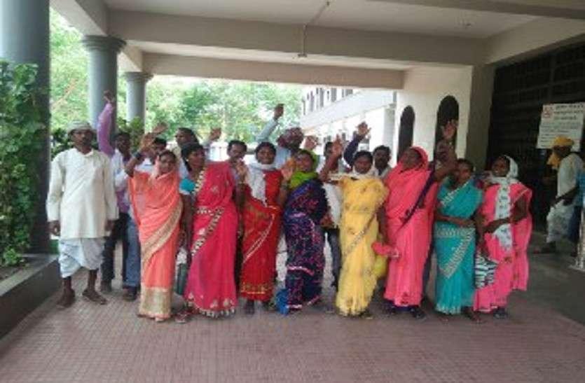जमीन अधिग्रहित करने से आक्रोशित ग्रामीणों ने कलेक्ट्रेट में किया प्रदर्शन, जमकर की नारेबाजी