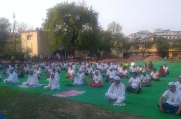 अंतर्राष्ट्रीय योग दिवस पर झांसी से हुई शुरूआत, मदरसा शिक्षकों ने किया योग