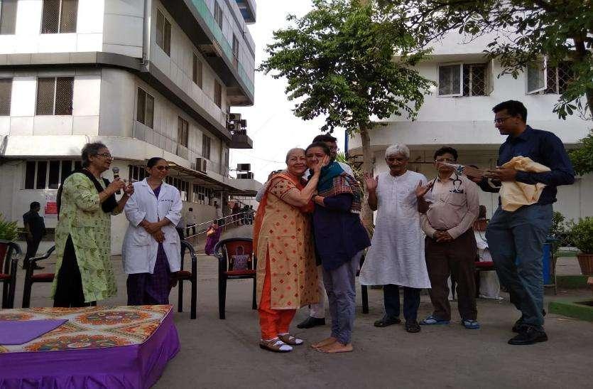 Video: अहमदाबाद में चिकित्सकों और मरीजों ने किया योग