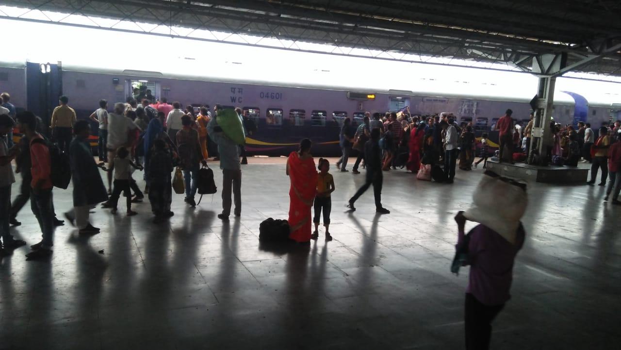 वर्षो बाद भी टीकमगढ़ स्टेशन के हाल बेहाल, एक सड़क से गुजरते वाहन हादसे का बन सकते है कारण
